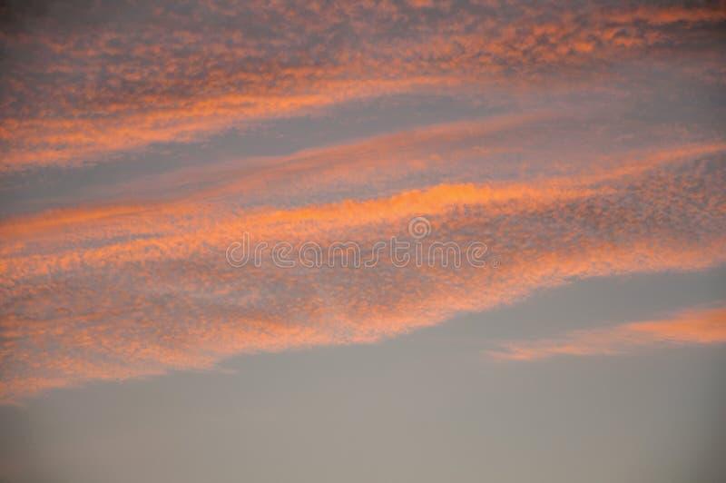 Nubes y cielo en la puesta del sol en una granja foto de archivo libre de regalías