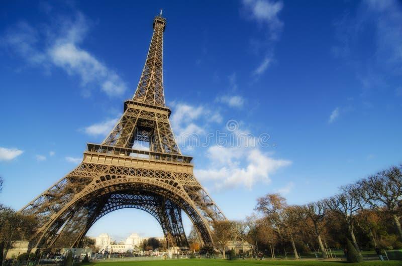 Nubes y colores del cielo sobre torre Eiffel imágenes de archivo libres de regalías