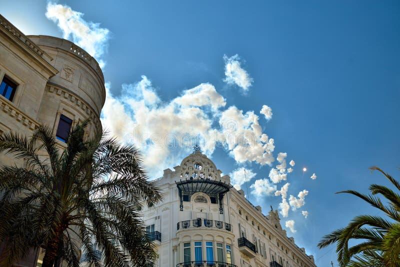 Nubes y fuegos artificiales sobre Valencia foto de archivo libre de regalías