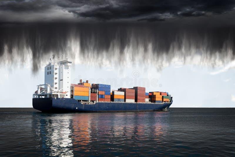 Nubes y lluvia de tormenta imagenes de archivo