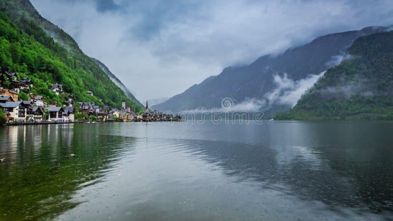 Nubes y lluvia debajo del lago de la montaña en Hallstatt fotos de archivo libres de regalías
