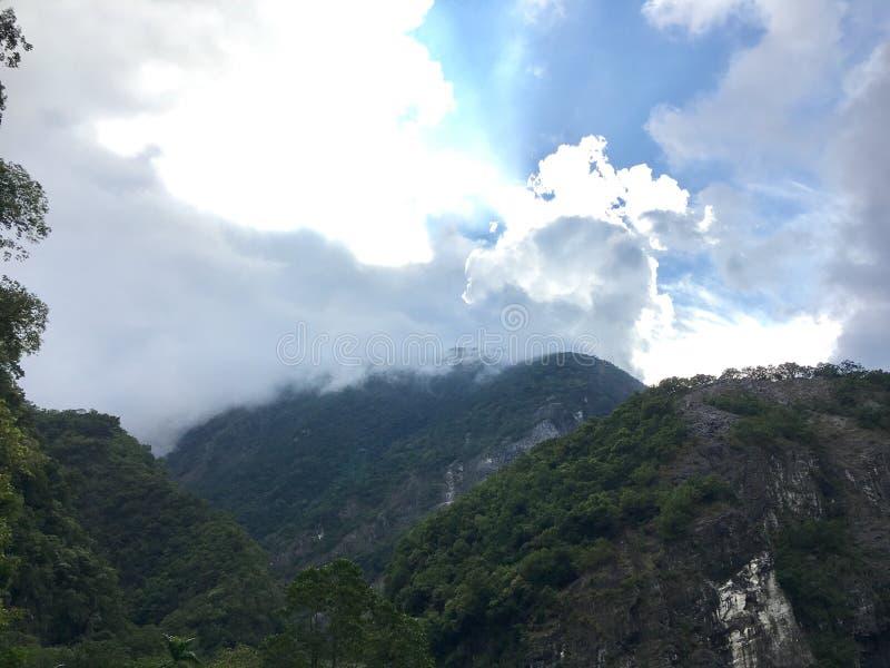 Nubes y montañas foto de archivo