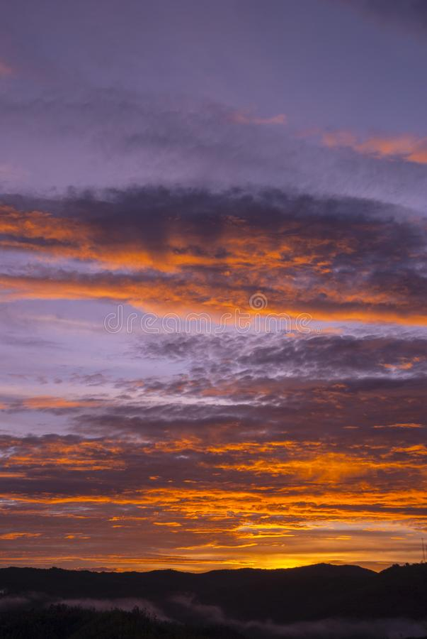 Nubes y monta?as de la salida del sol en Guatemala, cielo dram?tico con colores destacados imagen de archivo