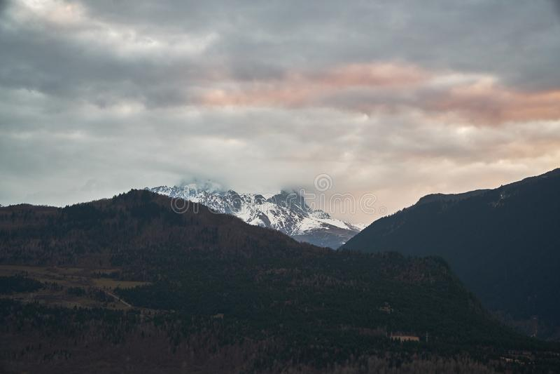 Nubes y monta?as del C?ucaso oscuras Tetnuldi es un pico prominente en la parte central de la mayor cordillera del Cáucaso, fotos de archivo libres de regalías