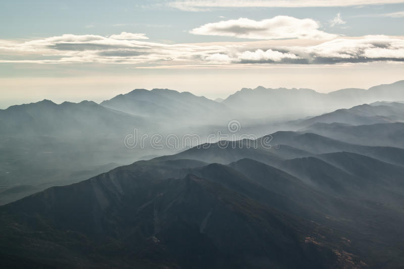 Nubes y neblina sobre cordillera fotos de archivo