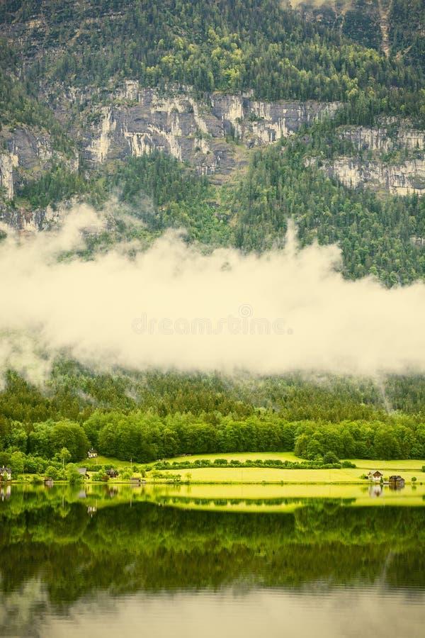 Nubes y niebla en el Hallstattersee en Austria fotografía de archivo libre de regalías