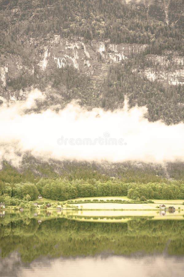 Nubes y niebla en el Hallstattersee en Austria foto de archivo
