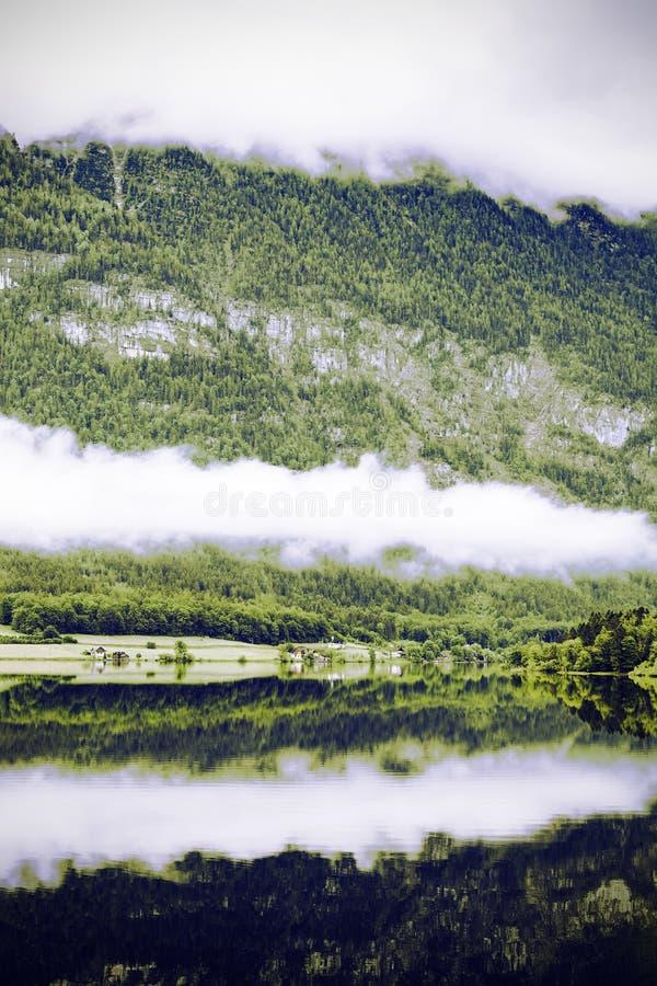 Nubes y niebla en el Hallstattersee en Austria imagen de archivo