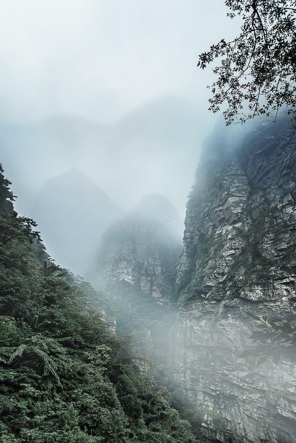 Nubes y nieblas en la montaña de Lushan, China fotografía de archivo