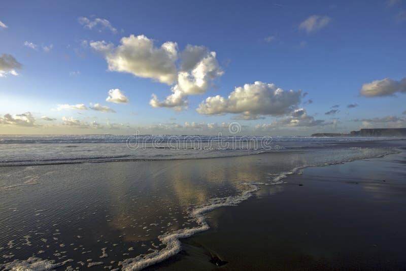 Nubes y océano en Portugal imagen de archivo