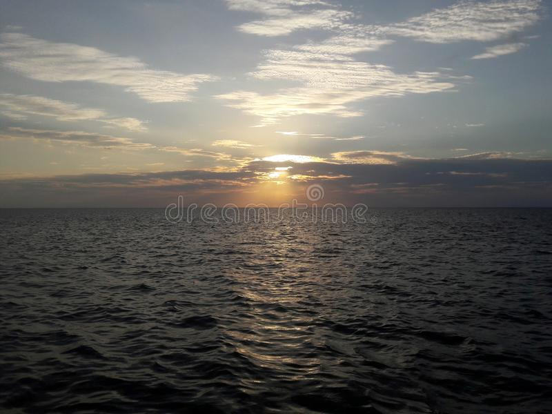Nubes y paisaje del sol en la atmósfera en la bahía mexicana imagen de archivo