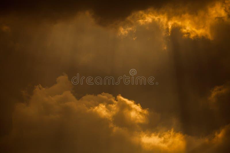 Nubes y rayos dramáticos del sol imágenes de archivo libres de regalías