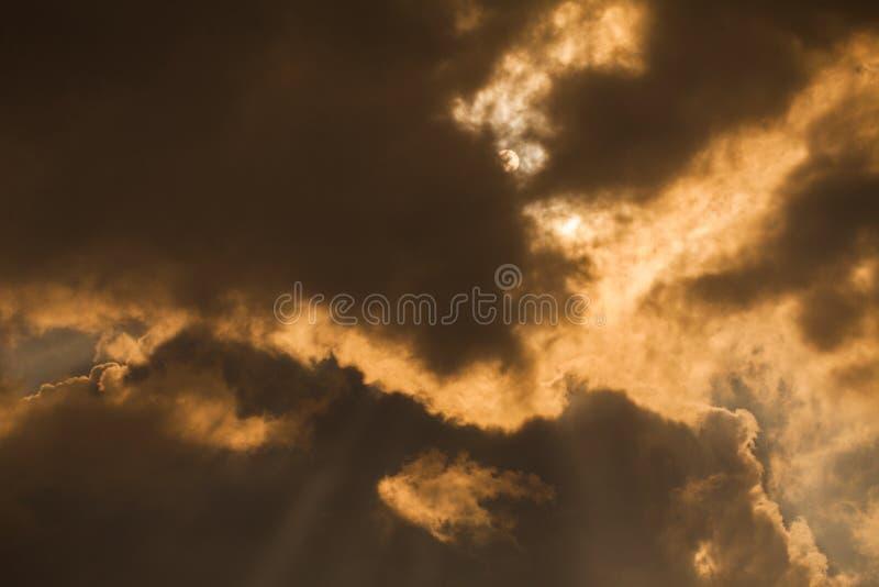Nubes y rayos dramáticos del sol foto de archivo libre de regalías