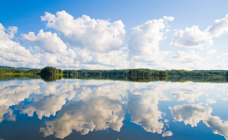 Nubes y reflexiones foto de archivo