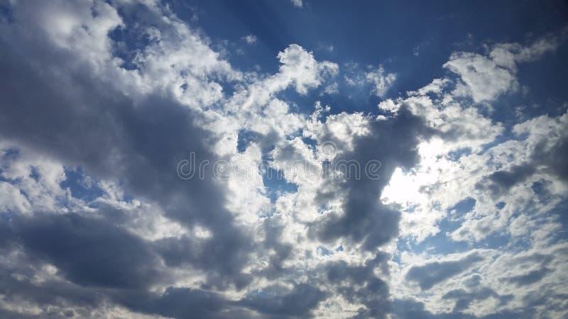 Nubes y sol imagenes de archivo
