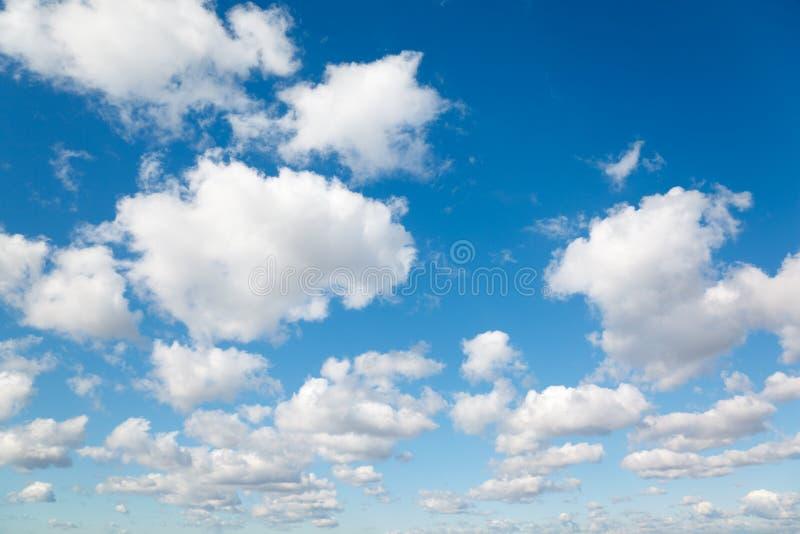 Nubi bianche e lanuginose in cielo blu. immagini stock libere da diritti