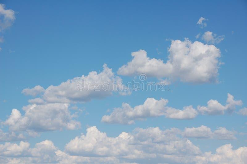 Nubi bianche gonfie fotografie stock