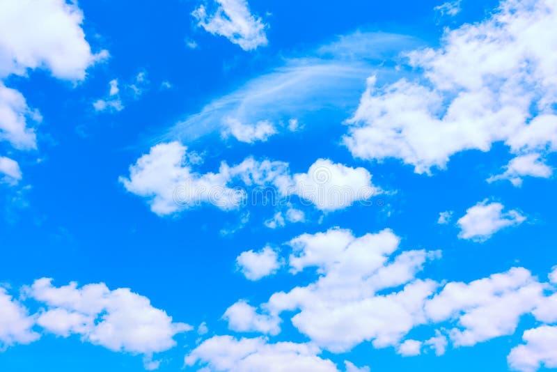 Nubi bianche nel cielo blu immagine stock