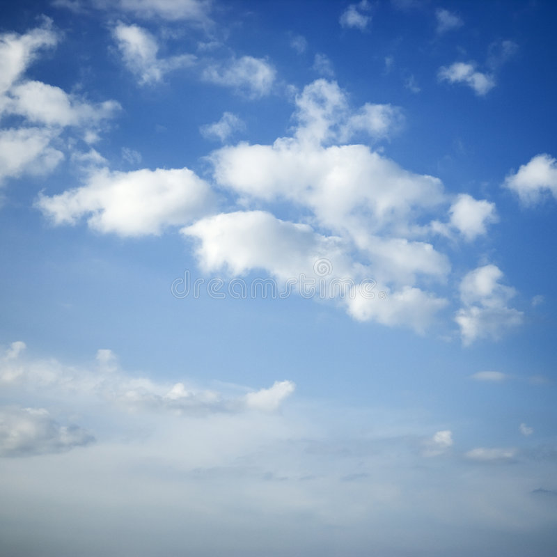 Nubi in cielo blu. fotografie stock libere da diritti
