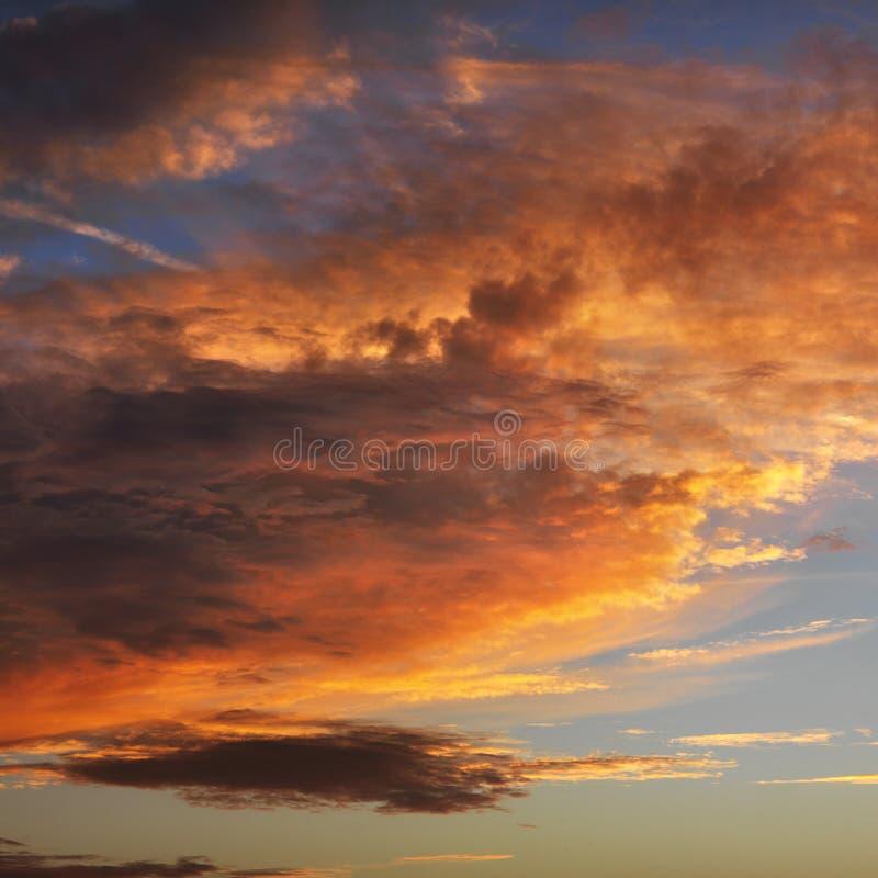 Nubi in cielo con il tramonto. immagine stock