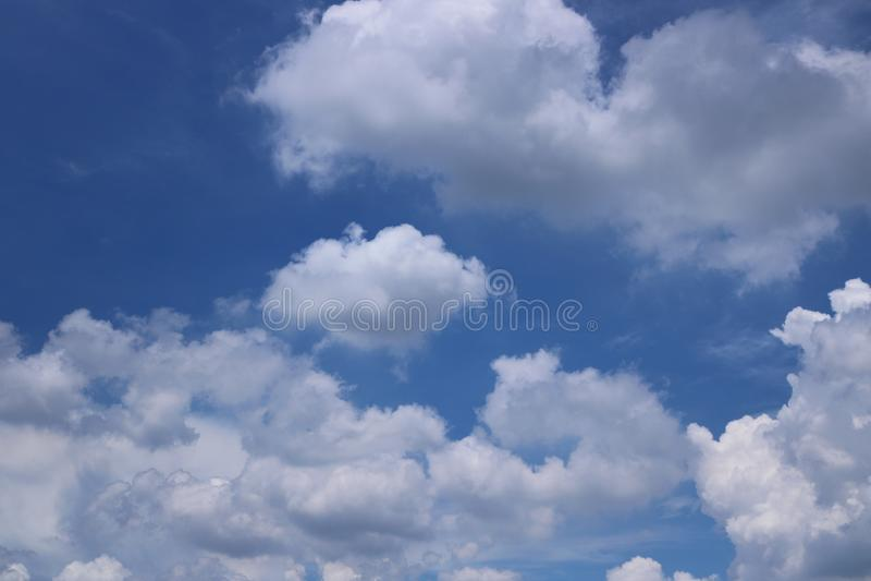 Nubi con cielo blu fotografie stock