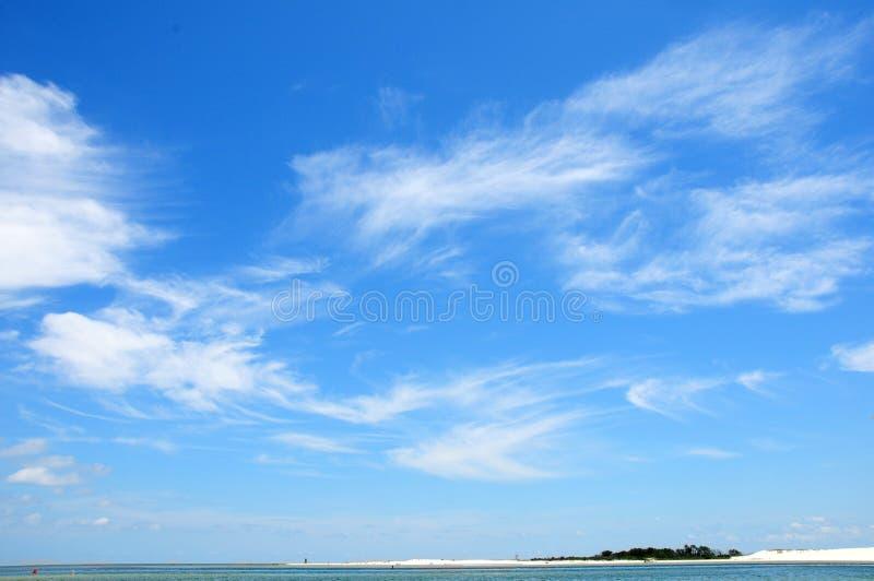 Nubi di cirro sopra l'oceano fotografia stock libera da diritti