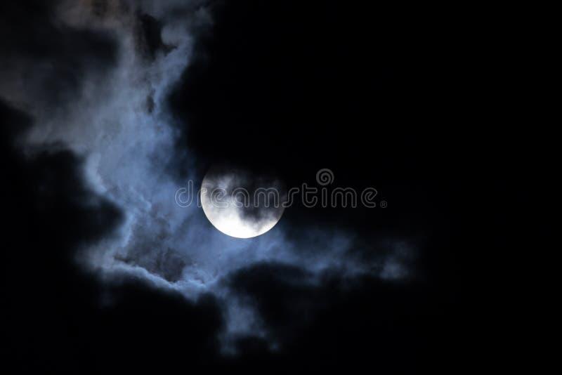 Nubi di notte della luna fotografie stock