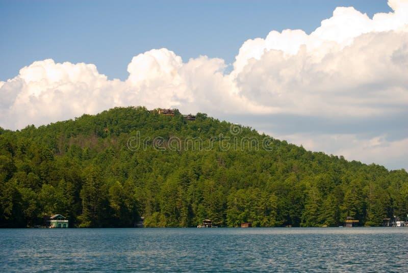 Nubi di pomeriggio sopra il lago immagine stock libera da diritti