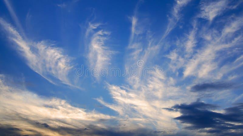 Nubi di sera in cielo blu profondo immagini stock libere da diritti