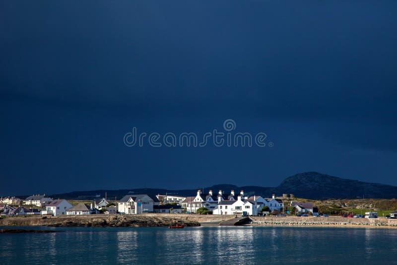 Nubi di tempesta della baia di Trearddur immagini stock libere da diritti