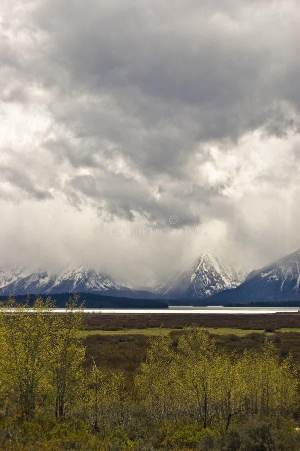Nubi di tempesta della montagna fotografie stock libere da diritti