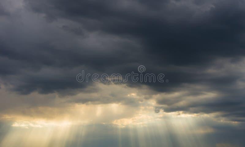 Nubi di tempesta e sunrays fotografie stock libere da diritti