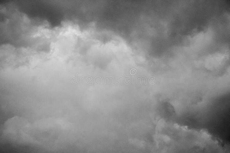 Nubi di tempesta grige minacciose di oscurità Cielo drammatico immagini stock libere da diritti