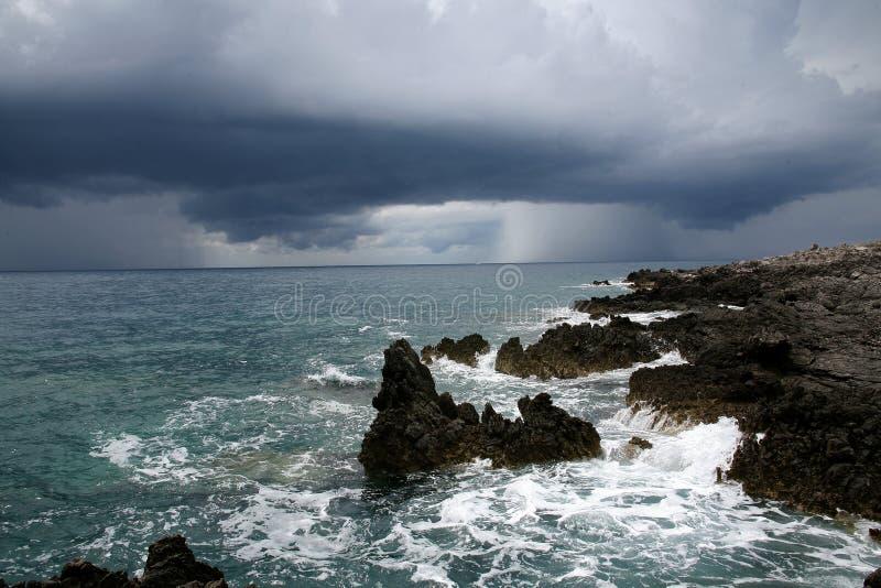 Nubi di tempesta sopra il mare. fotografia stock libera da diritti