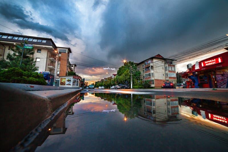 Nubi di tempesta sopra la città immagine stock libera da diritti
