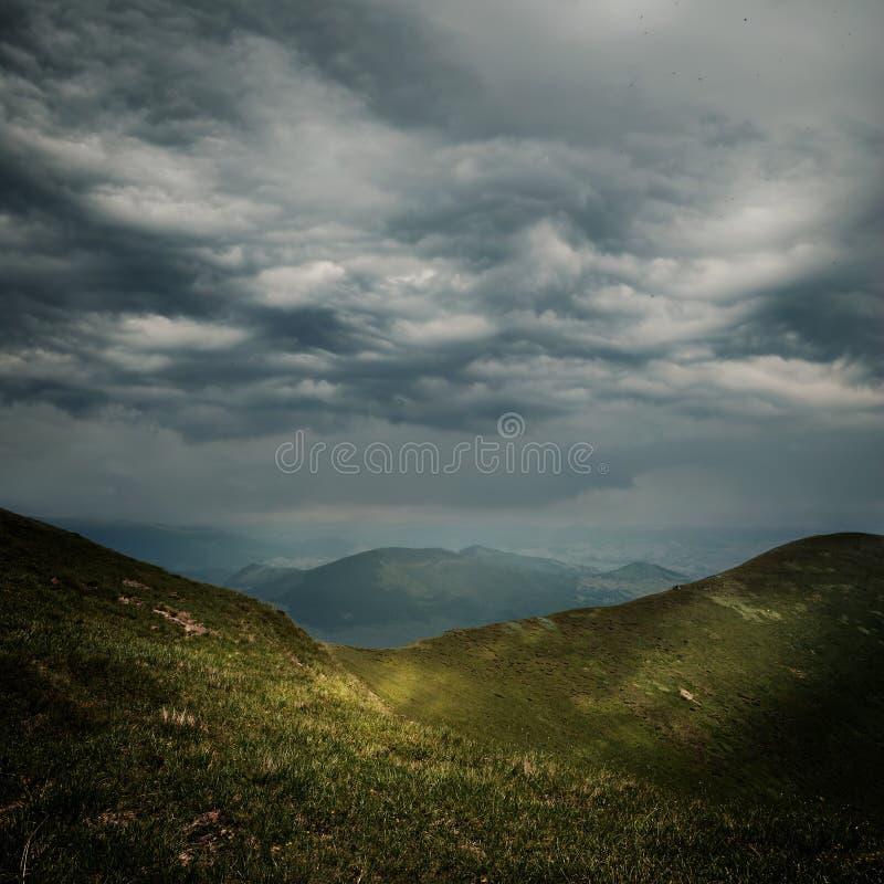 Nubi di tempesta sopra le montagne fotografie stock libere da diritti