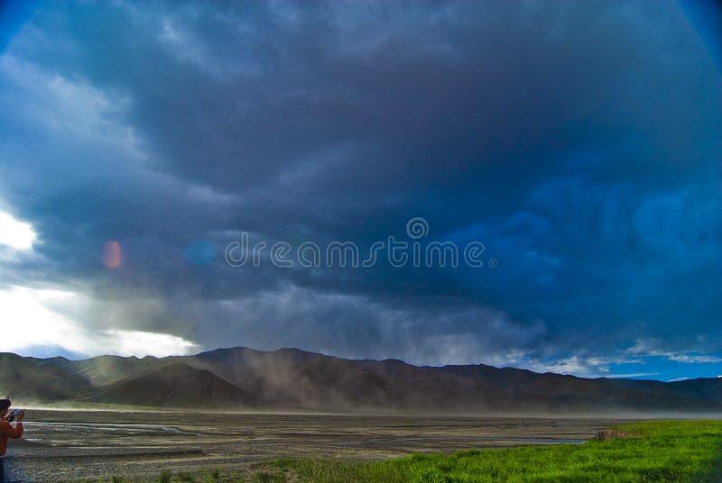 Nubi di tempesta sopra le montagne fotografia stock