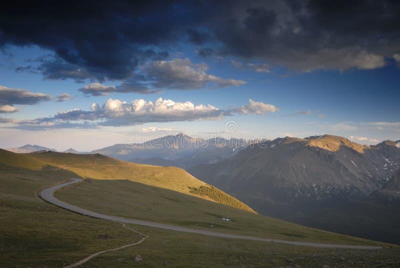 Nubi di tempesta sopra le montagne rocciose del Colorado immagini stock libere da diritti