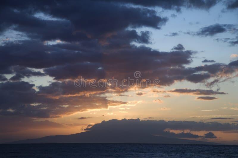 Nubi di tramonto sopra il litorale. fotografia stock libera da diritti