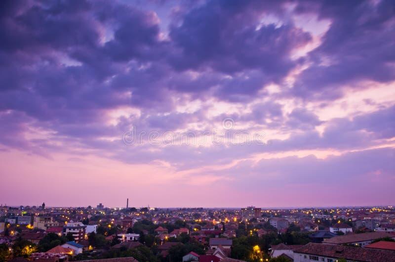 Nubi e città dopo il tramonto fotografie stock libere da diritti