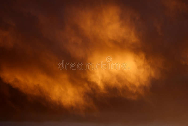 Nubi magiche dell'oro del fuoco fotografia stock