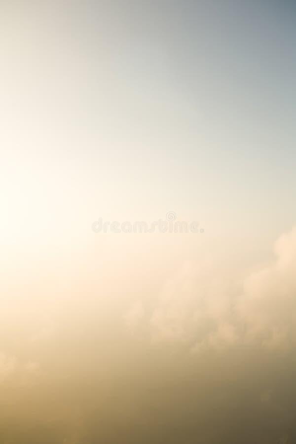 Nubi nebbiose con il cielo fotografia stock libera da diritti