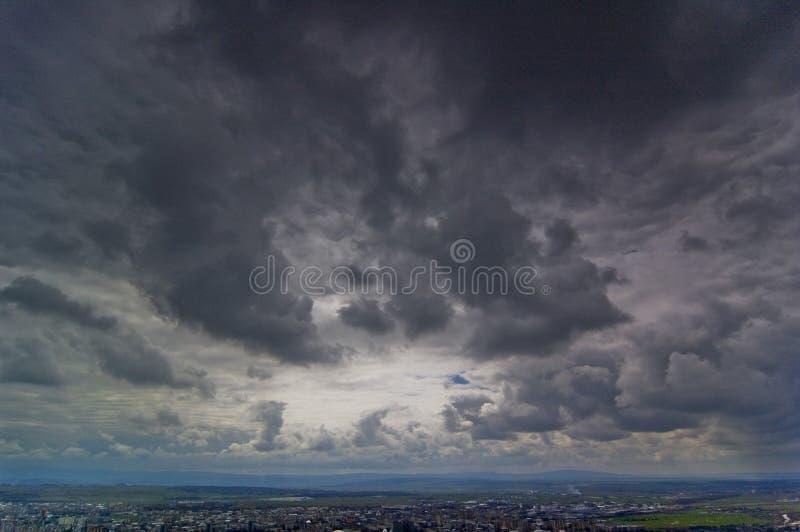 Nubi scure sopra la cavalla di Baia fotografia stock