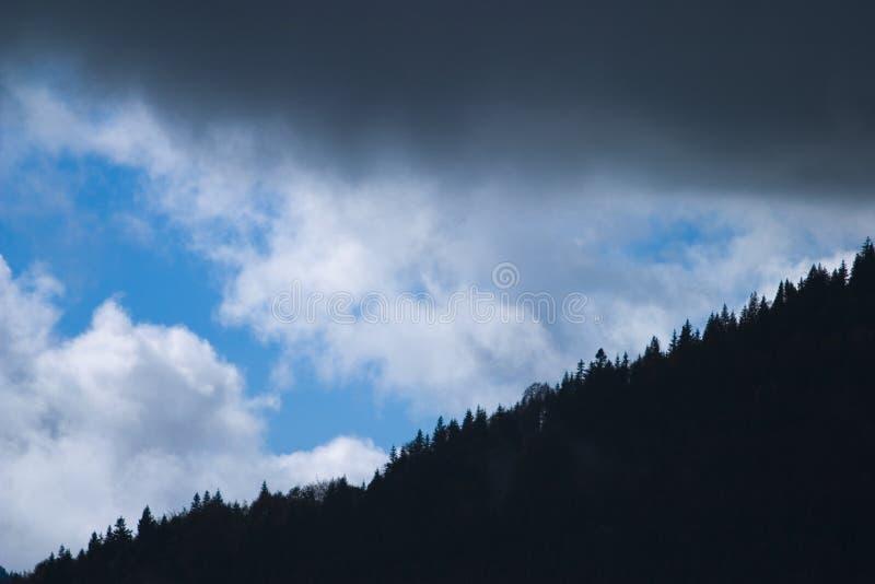 Nubi scure sopra la montagna immagini stock