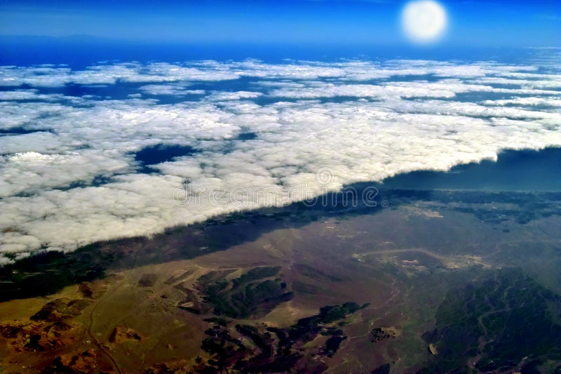 Nubi, sole, riscaldamento della terra. fotografia stock