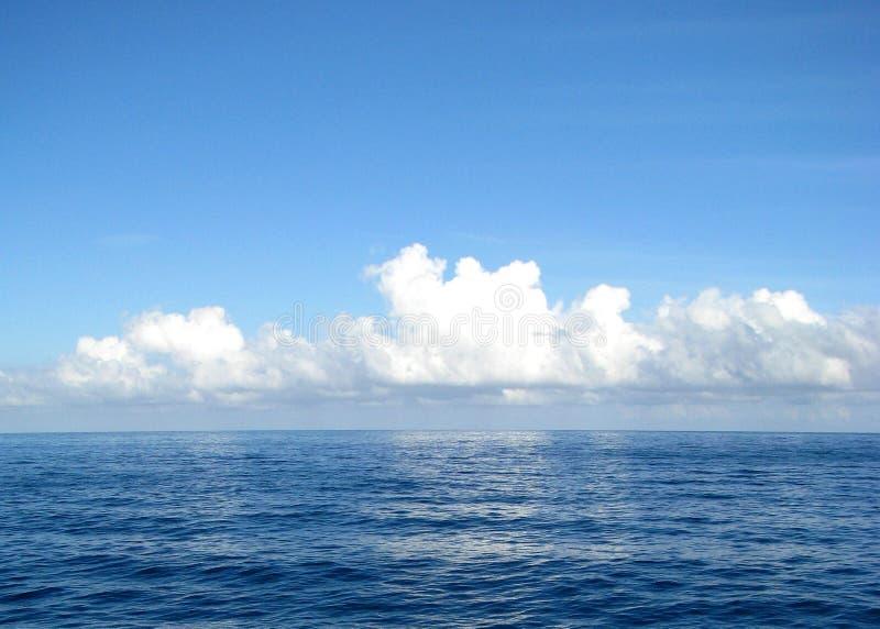 Nubi sopra acqua immagini stock libere da diritti