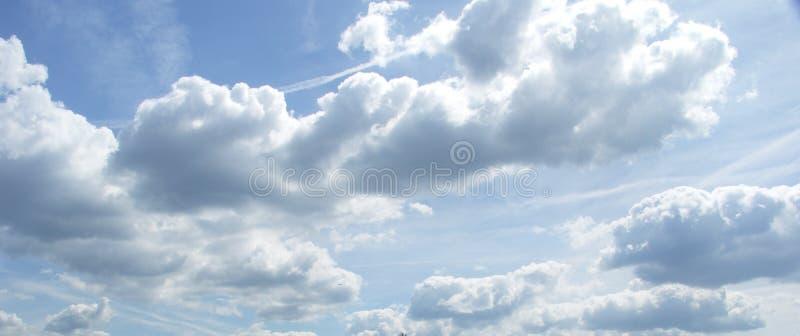 Nubi sopra il canale immagine stock