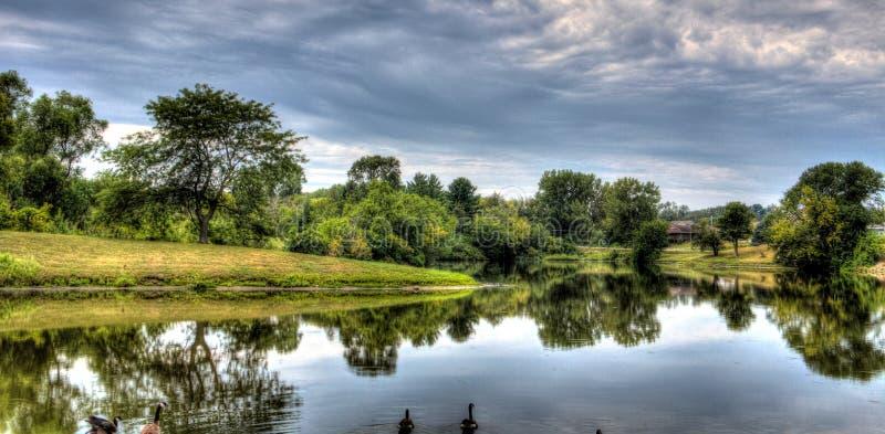 Nubi sopra il lago fotografie stock libere da diritti