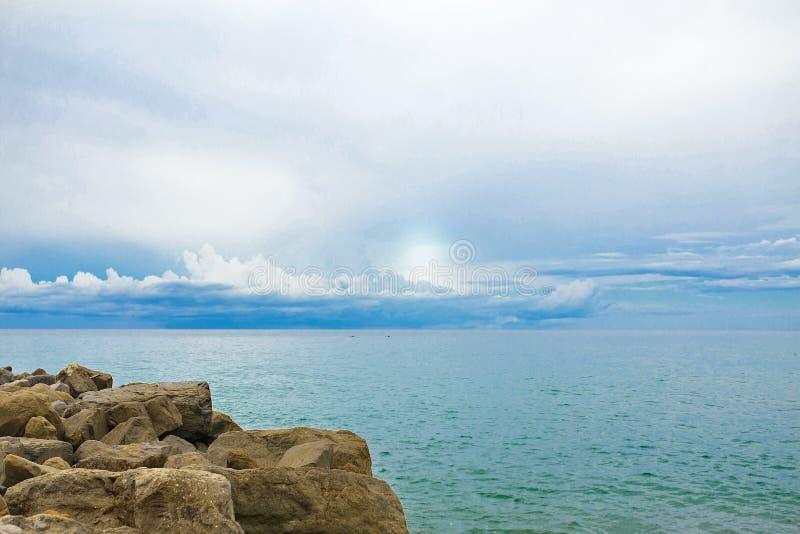 Nubi sopra il mare fotografie stock libere da diritti