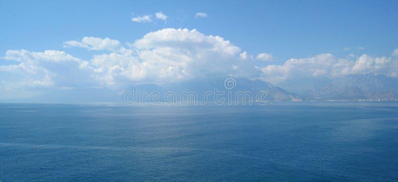 Nubi sopra le montagne fotografie stock